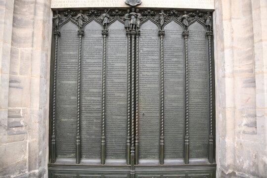 95 Disputationsthesen von Martin Luther an der Thesentür der Schlosskirche in Wittenberg, Deutschland