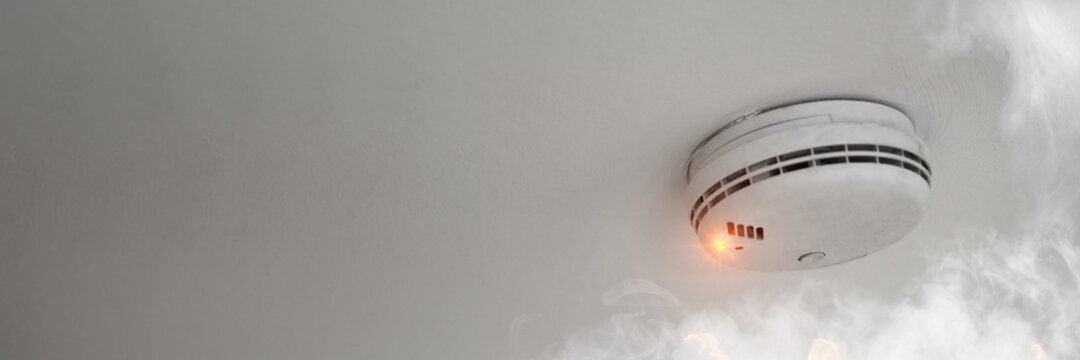 Fire protection through smoke detectors in the event of a fire alarm