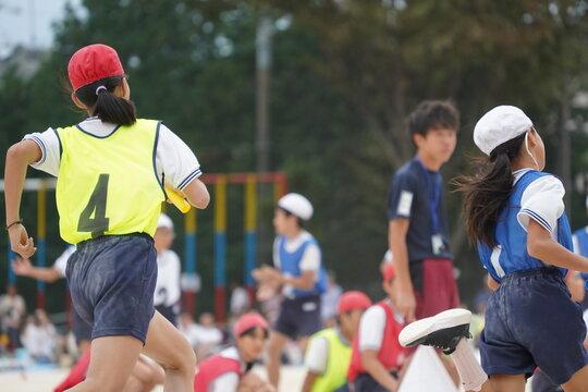 リレーの選手 走る 全速力 バトン 運動会 小学校 タスキ 体育祭