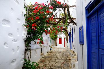 Wąska uliczka na greckiej wyspie Amorgos