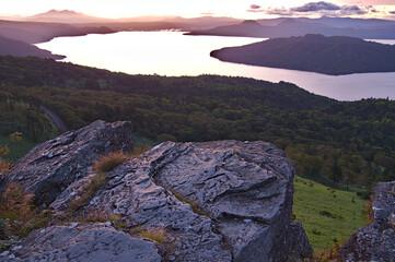 夜明けの空と湖の峠からの風景。美幌峠、北海道