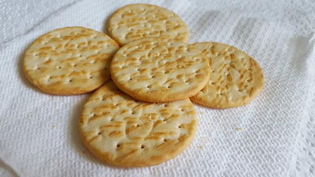 Round dried wheat flour crackers