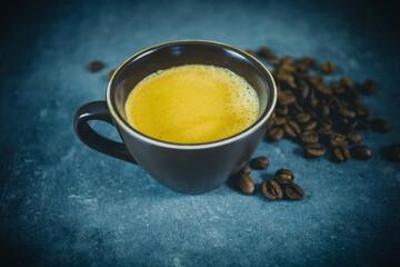 tasse de café sur un fond gris