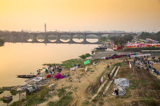 Washing drying on banks of Gomti River, Lucknow, Uttar Pradesh, India