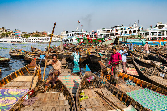 Men in their canoes waiting for new clients, Port of Dhaka