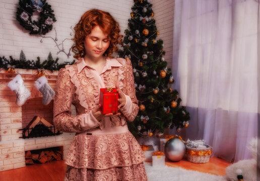 Junge Frau sieht nachdenklich auf ein Geschenk an Weihnachten
