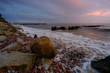 Wschód słońca na wybrzeżu Morza Bałtyckiego, Kołobrzeg, Polska.