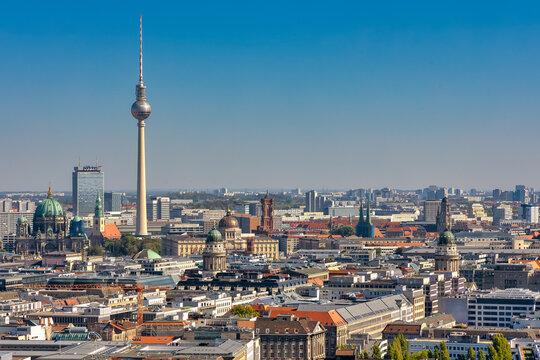 Blick über Berlin mit Alexander Turm, Berliner Dom, Stadtschloss, rotem Rathaus, deutschem und franzözischen Dom und Nikolakirche