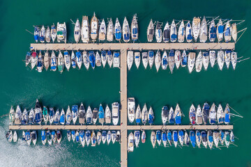 Photo sur Aluminium Fleur Small Boats and Yachts anchored in a large marina, Top down aerial view.