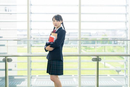 校内の女子高校生
