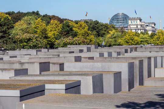 Holocaust Mahnmal Berlin mit Reichstag