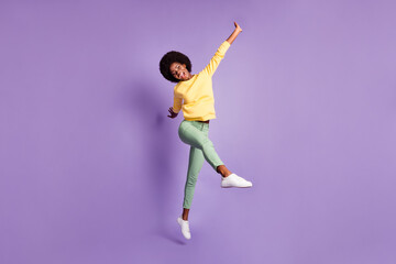 Photo sur Plexiglas Dinosaurs Full body photo of excited dark skin girl jump scream wear yellow green pullover isolated over purple color background