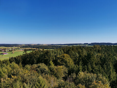 Panorama mit Bäumen und blauem Himmel