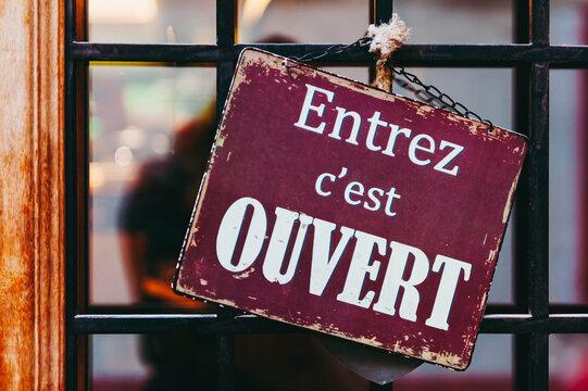 Plaque en métal vintage avec texte Entrez c'est ouvert en français sur la porte d'une boutique