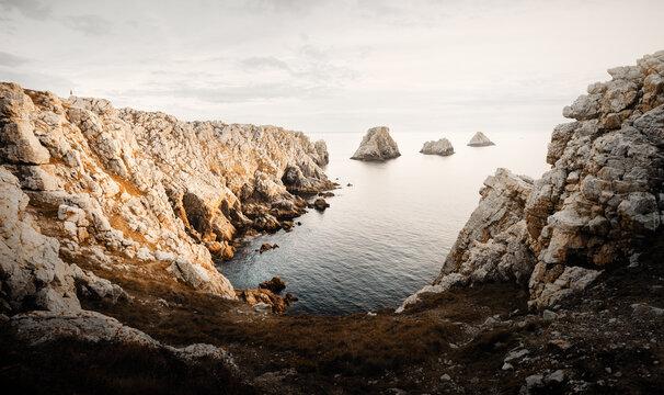 Point Pen Hir das felsige Kap auf der Crozon-Halbinsel im Département Finistère in der Bretagne in Frankreich