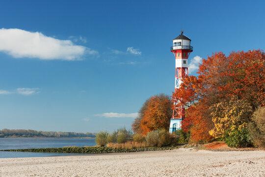 Herbst am Strand der Elbe bei Hamburg mit dem Leuchtturm Wittenbergen.