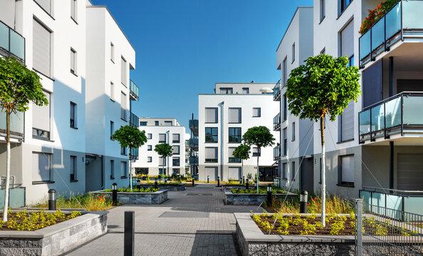Moderne Appartementgebäude mit Begrünung im Sommer