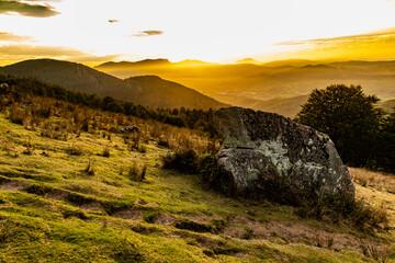 Naturaleza en anochecer durante la subida la monte Adarra del País Vasco