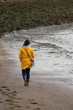 frau von hinten spaziert am Nordsee strand