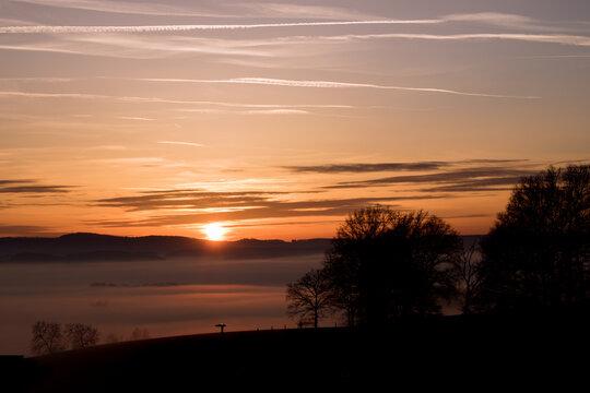 Schöner Herbst Sonnenuntergang mit einem Tal voller Wolken die einem See ähneln.