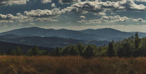 Panorama Beskidów ze szczytu góry Jałowiec