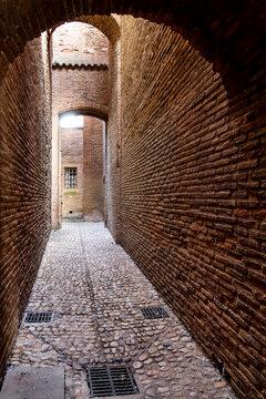 Ruelle en brique rouge du couvent des Jacobins à Toulouse