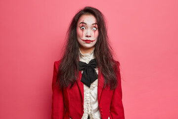 Photo sur Plexiglas Dinosaurs Shocked brunette woman with scars on face prepares for halloween festival stares bugged eyes tries to be dangerous isolated on pink background. Scarying horrible female vampire or zombie indoor