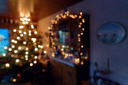 Weihnachtliche Wohnzimmerimpression mit Christbaum und LED Beleuchtung - Bokeh Hintergrund