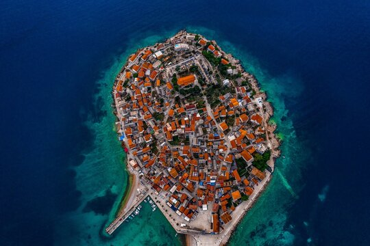 In the old town of Primosten, which occupies a hilly Peninsula surrounded by seven small Islands, you can feel the atmosphere of past centuries.