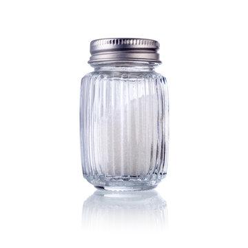 ein Salzstreuer isoliert auf weiß