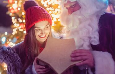Photo sur Plexiglas Dinosaurs Woman receiving a present from Santa Claus