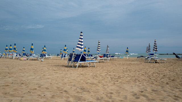 Sonnenschirme an menschenleerem Strand