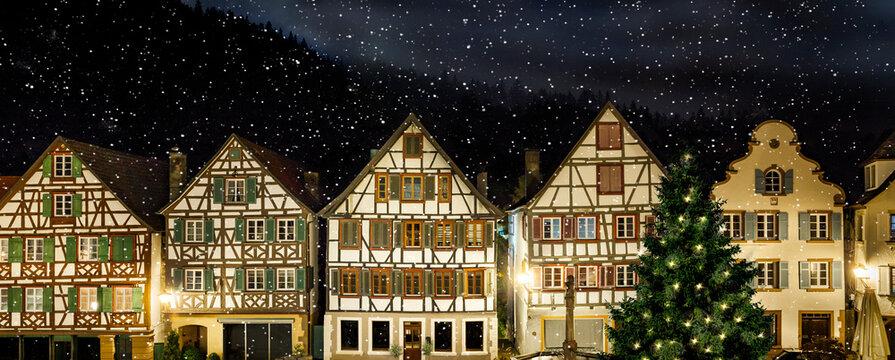 Fachwerkhäuser in Schiltach im Schwarzwald bei Schneefall