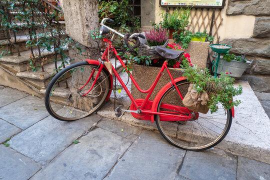 Rotes Dekofahrrad in Italien