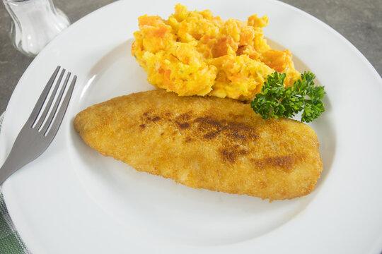 assiette de poisson pané et purée de carotte