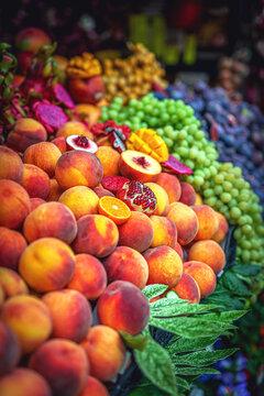 Frisches Obst am Marktstand, Granatapfel Markt