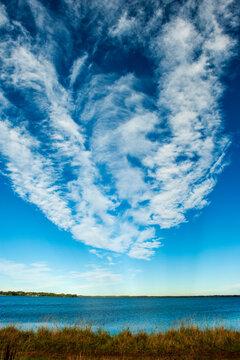 Bizarre Wolkenformation über der Großen Breite bei Kosel an der Schlei, Halbinsel Schwansen, Kreis Rendsburg-Eckernförde, Schleswig-Holstein