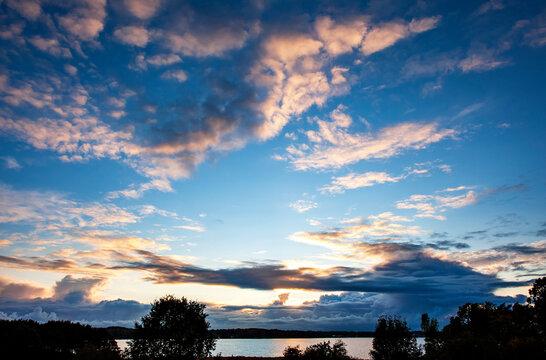 Dramatischer Himmel über der Großen Breite bei Kosel an der Schlei, Halbinsel Schwansen, Kreis Rendsburg-Eckernförde, Schleswig-Holstein