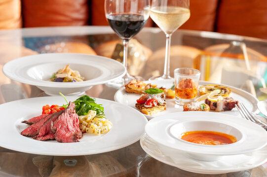 レストランのテーブルに並んだ料理とワイン イタリアン