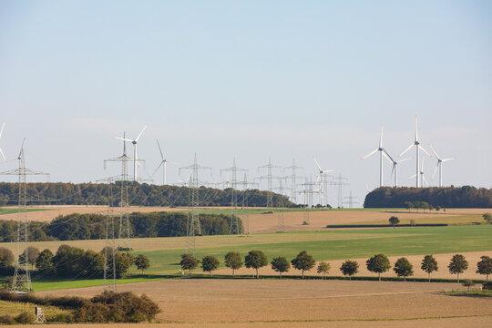 Stromtrasse in der Landschaft
