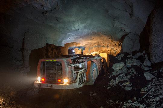 Vehículo subterráneo de industria minera.