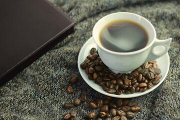 Taza de café y granos de café en la mañana