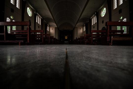 Vista interior del pasillo de una iglesia católica