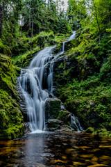 Obraz piękny wodospad górski, woda mech piękno natury - fototapety do salonu