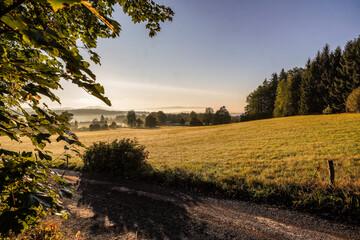 Morgens in den Bergen Sonneuafgang über Fichtelberg im Nebel