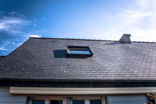 Fenêtre de toit sur toit en Ardoises