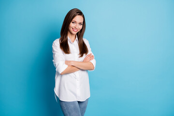 Photo sur Plexiglas Dinosaurs Profile photo of attractive lady hands arms crossed office worker wear white shirt jeans isolated blue color background
