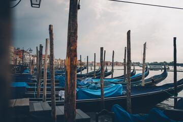 Abgedeckte Gondeln am Pier in Venedig