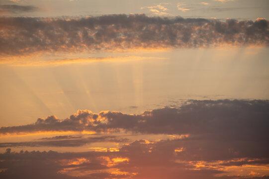 Sonnenuntergang am Himmel mit Sonnenstrahlen