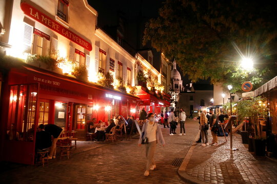 """Customers are seen outside """"La Mere Catherine"""" restaurant in Montmartre few minutes before the nightly curfew due to restrictions against the spread of the coronavirus disease (COVID-19) in Paris"""